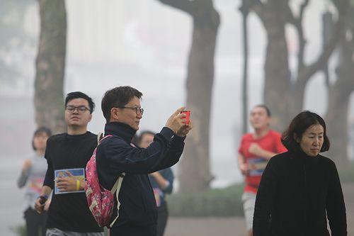 Chùm ảnh: Sương mù dày đặc, người dân thủ đô ngỡ như đang ở Sapa - Ảnh 7