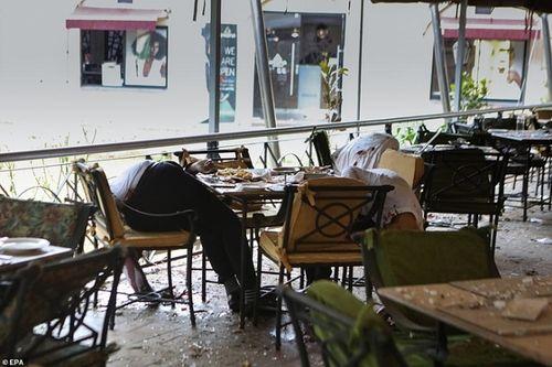 Ám ảnh hiện trường vụ tấn công khủng bố ở Kenya khiến ít nhất 15 người thiệt mạng - Ảnh 1