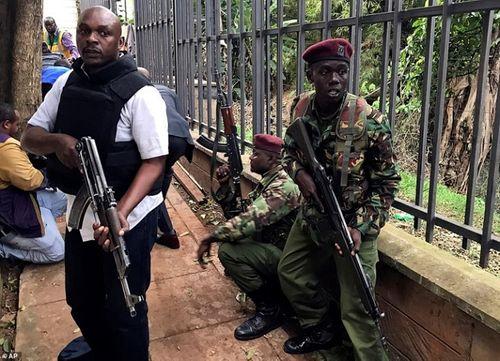 Ám ảnh hiện trường vụ tấn công khủng bố ở Kenya khiến ít nhất 15 người thiệt mạng - Ảnh 10