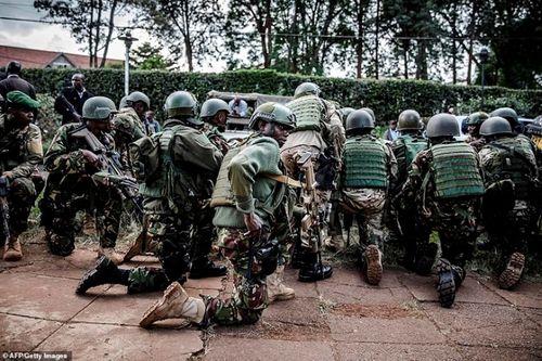 Ám ảnh hiện trường vụ tấn công khủng bố ở Kenya khiến ít nhất 15 người thiệt mạng - Ảnh 11