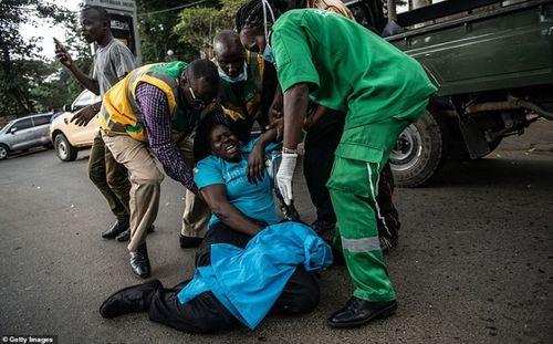 Ám ảnh hiện trường vụ tấn công khủng bố ở Kenya khiến ít nhất 15 người thiệt mạng - Ảnh 13