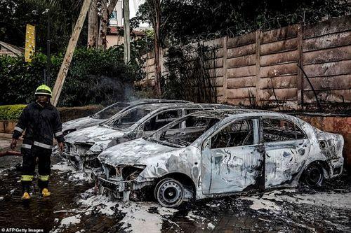 Ám ảnh hiện trường vụ tấn công khủng bố ở Kenya khiến ít nhất 15 người thiệt mạng - Ảnh 14