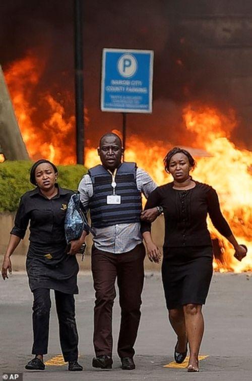 Ám ảnh hiện trường vụ tấn công khủng bố ở Kenya khiến ít nhất 15 người thiệt mạng - Ảnh 5