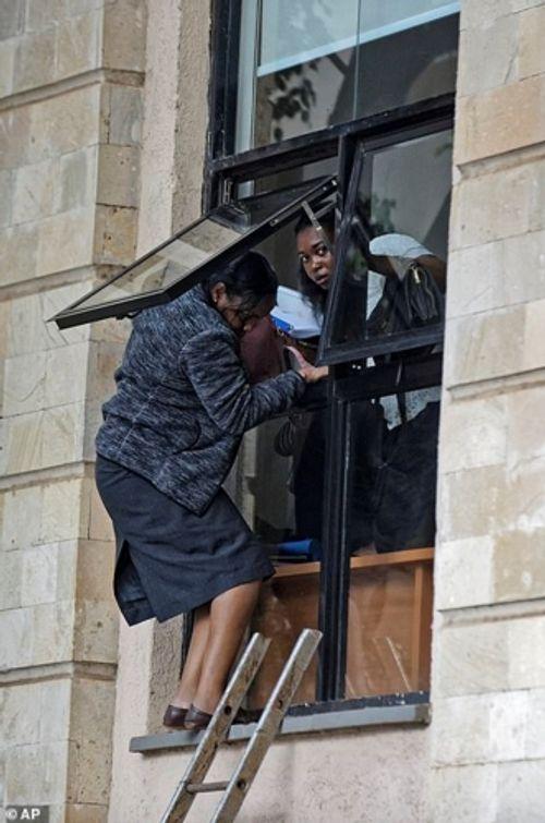 Ám ảnh hiện trường vụ tấn công khủng bố ở Kenya khiến ít nhất 15 người thiệt mạng - Ảnh 6