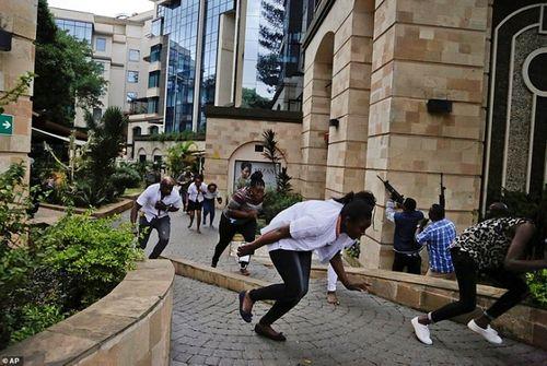 Ám ảnh hiện trường vụ tấn công khủng bố ở Kenya khiến ít nhất 15 người thiệt mạng - Ảnh 7