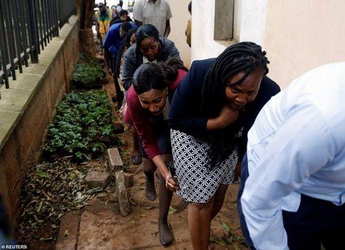 Ám ảnh hiện trường vụ tấn công khủng bố ở Kenya khiến ít nhất 15 người thiệt mạng - Ảnh 9