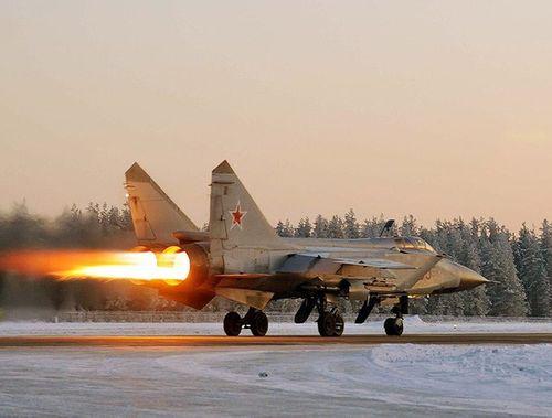 """Video: Cận cảnh tiêm kích """"sát thủ"""" MiG-31 của Nga rượt đuổi mục tiêu ở tốc độ siêu âm - Ảnh 1"""
