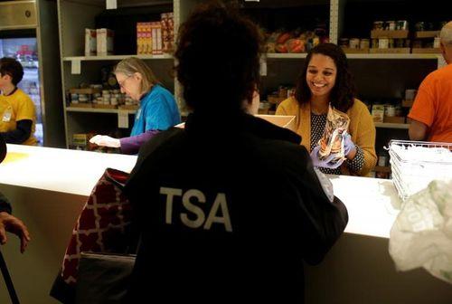 Chính phủ Mỹ đóng cửa: Hàng trăm nhân viên liên bang xếp hàng nhận cơm từ thiện - Ảnh 7