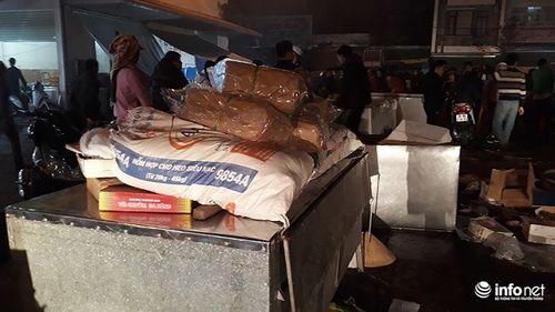 Thanh Hóa: Chợ đầu mối lớn nhất cháy trong đêm, nhiều hàng hóa bị thiêu rụi - Ảnh 1