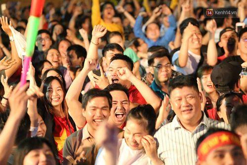 Hàng triệu CĐV vỡ òa hạnh phúc, đổ ra đường mừng đội tuyển Việt Nam lập kỳ tích tại Asian Cup 2019 - Ảnh 6
