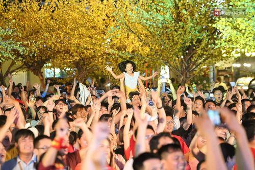 Hàng triệu CĐV vỡ òa hạnh phúc, đổ ra đường mừng đội tuyển Việt Nam lập kỳ tích tại Asian Cup 2019 - Ảnh 7