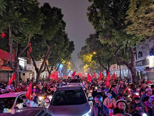Hàng triệu CĐV vỡ òa hạnh phúc, đổ ra đường mừng đội tuyển Việt Nam lập kỳ tích tại Asian Cup 2019 - Ảnh 8