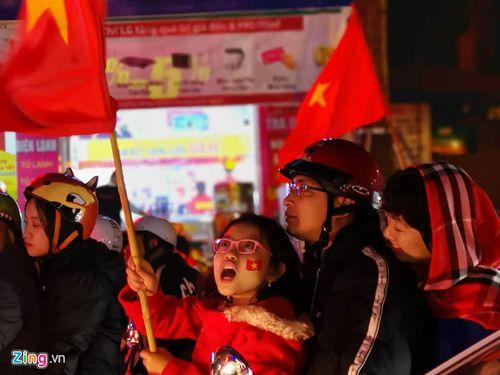 Hàng triệu CĐV vỡ òa hạnh phúc, đổ ra đường mừng đội tuyển Việt Nam lập kỳ tích tại Asian Cup 2019 - Ảnh 9