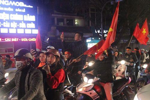 Hàng triệu CĐV vỡ òa hạnh phúc, đổ ra đường mừng đội tuyển Việt Nam lập kỳ tích tại Asian Cup 2019 - Ảnh 14