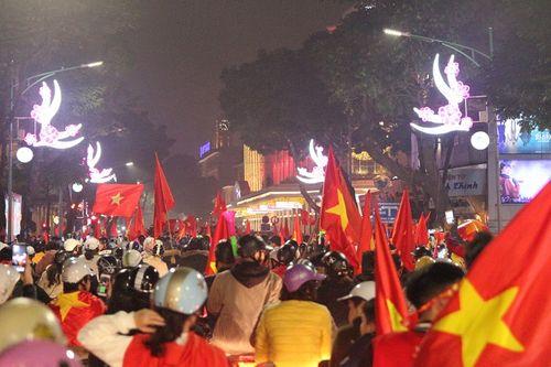 Hàng triệu CĐV vỡ òa hạnh phúc, đổ ra đường mừng đội tuyển Việt Nam lập kỳ tích tại Asian Cup 2019 - Ảnh 16