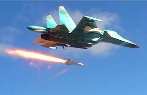 """Tiêm kích Nga dội """"mưa hỏa lực"""", tấn công trụ sở phiến quân ở phía nam Idlib - Ảnh 1"""