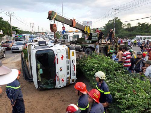 Hiện trường vụ xe ben lật đè 2 xe máy, 3 người thương vong ở Sài Gòn - Ảnh 1