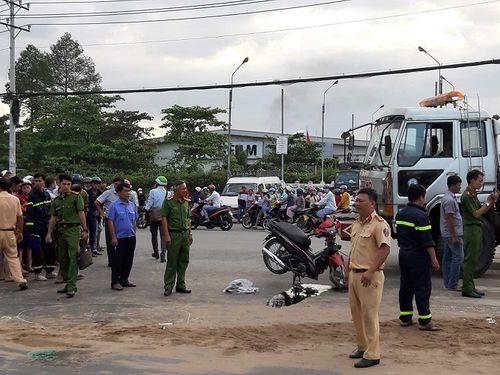 Hiện trường vụ xe ben lật đè 2 xe máy, 3 người thương vong ở Sài Gòn - Ảnh 3
