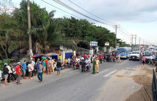 Hiện trường vụ xe ben lật đè 2 xe máy, 3 người thương vong ở Sài Gòn - Ảnh 4
