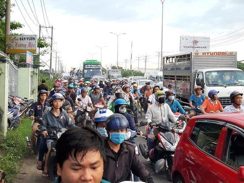 Hiện trường vụ xe ben lật đè 2 xe máy, 3 người thương vong ở Sài Gòn - Ảnh 5