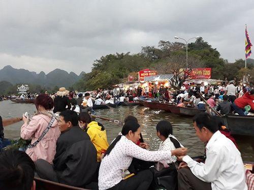 Hàng vạn du khách đổ về ngày đầu khai hội chùa Hương, bến đò chật cứng người - Ảnh 1