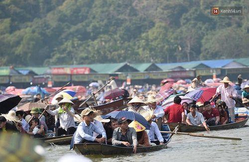 Hàng vạn du khách đổ về ngày đầu khai hội chùa Hương, bến đò chật cứng người - Ảnh 2