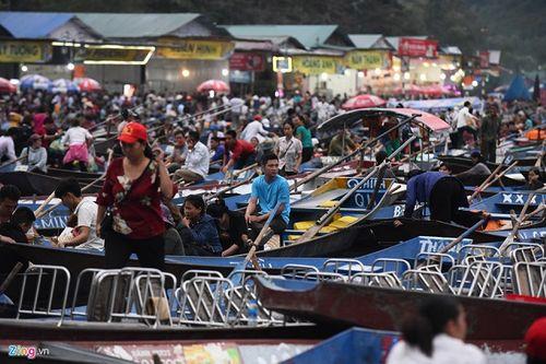 Hàng vạn du khách đổ về ngày đầu khai hội chùa Hương, bến đò chật cứng người - Ảnh 3