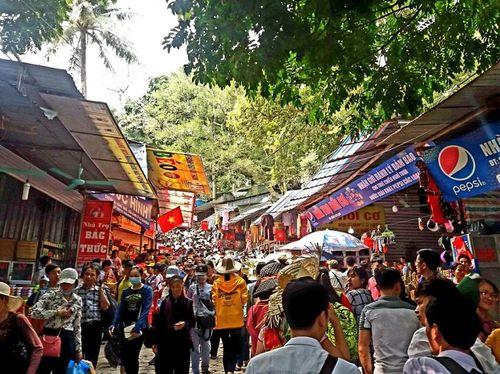 Hàng vạn du khách đổ về ngày đầu khai hội chùa Hương, bến đò chật cứng người - Ảnh 4