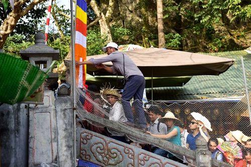 Hàng vạn du khách đổ về ngày đầu khai hội chùa Hương, bến đò chật cứng người - Ảnh 7