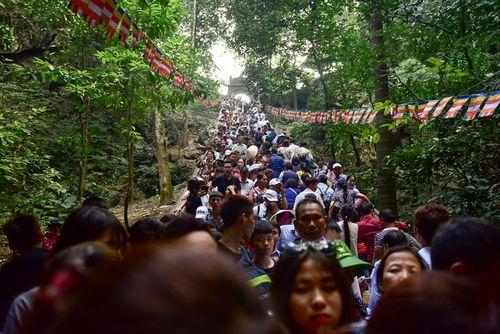 Hàng vạn du khách đổ về ngày đầu khai hội chùa Hương, bến đò chật cứng người - Ảnh 8