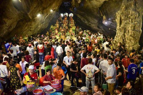 Hàng vạn du khách đổ về ngày đầu khai hội chùa Hương, bến đò chật cứng người - Ảnh 9