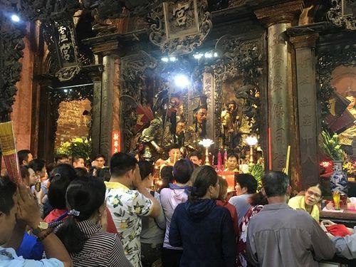 Người dân đổ xô đi cúng vía Thần Tài tại ngôi chùa cựu Tổng thống Obama từng ghé thăm - Ảnh 2