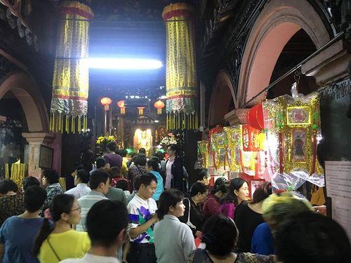 Người dân đổ xô đi cúng vía Thần Tài tại ngôi chùa cựu Tổng thống Obama từng ghé thăm - Ảnh 5