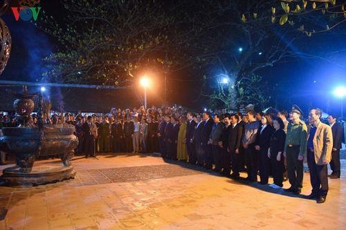 Biển người chen chân lúc 0h sáng tại lễ Khai ấn đền Trần - Ảnh 1