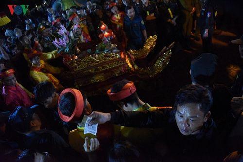 Biển người chen chân lúc 0h sáng tại lễ Khai ấn đền Trần - Ảnh 9