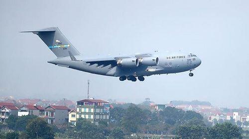 'Ngựa thồ' C-17 chở trực thăng của Tổng thống Mỹ hạ cánh tại sân bay Nội Bài - Ảnh 2