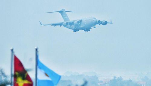 'Ngựa thồ' C-17 chở trực thăng của Tổng thống Mỹ hạ cánh tại sân bay Nội Bài - Ảnh 5