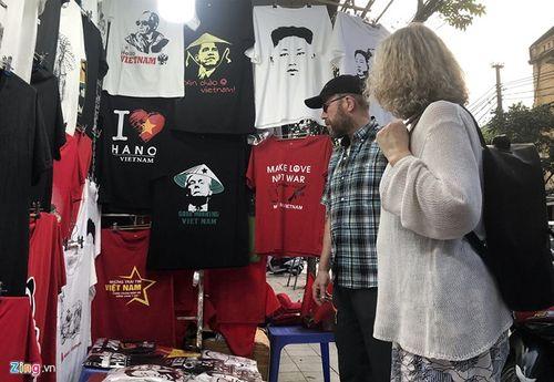 Cửa hàng tại Hà Nội bán áo in hình hai nhà lãnh đạo Mỹ-Triều hốt bạc triệu mỗi ngày - Ảnh 3