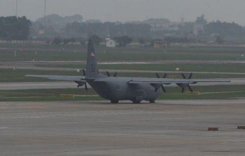 Huyền thoại máy bay vận tải quân sự C-130 của Mỹ hạ cánh tại Nội Bài  - Ảnh 1
