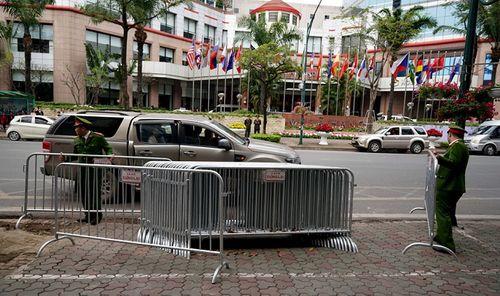 300 miếng ghép hàng rào hai lớp được dựng trước khách sạn Melia, nơi đoàn Triều Tiên vừa tới - Ảnh 1