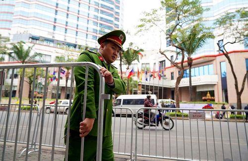 300 miếng ghép hàng rào hai lớp được dựng trước khách sạn Melia, nơi đoàn Triều Tiên vừa tới - Ảnh 2