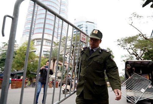 300 miếng ghép hàng rào hai lớp được dựng trước khách sạn Melia, nơi đoàn Triều Tiên vừa tới - Ảnh 3