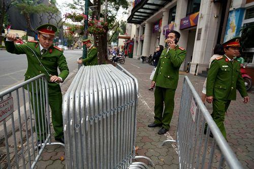 300 miếng ghép hàng rào hai lớp được dựng trước khách sạn Melia, nơi đoàn Triều Tiên vừa tới - Ảnh 4