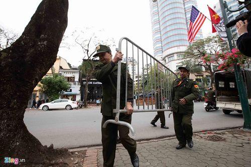 300 miếng ghép hàng rào hai lớp được dựng trước khách sạn Melia, nơi đoàn Triều Tiên vừa tới - Ảnh 6