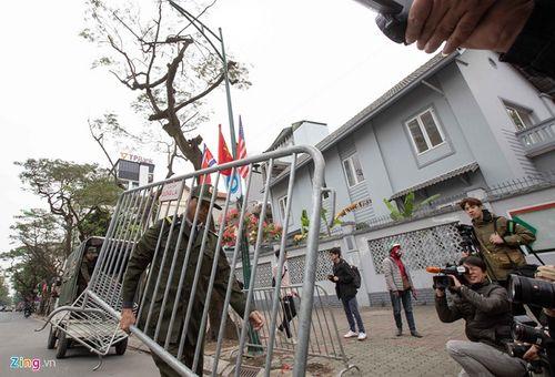 300 miếng ghép hàng rào hai lớp được dựng trước khách sạn Melia, nơi đoàn Triều Tiên vừa tới - Ảnh 7