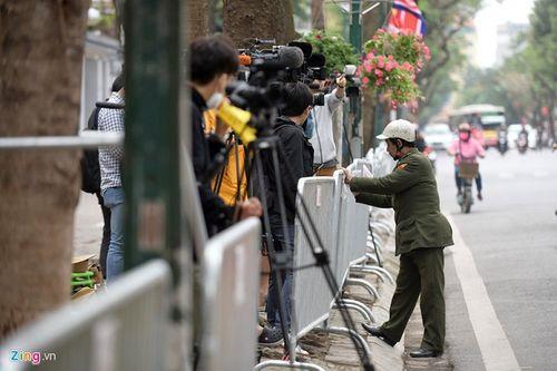 300 miếng ghép hàng rào hai lớp được dựng trước khách sạn Melia, nơi đoàn Triều Tiên vừa tới - Ảnh 8