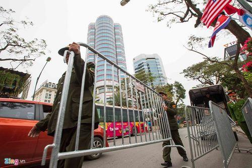 300 miếng ghép hàng rào hai lớp được dựng trước khách sạn Melia, nơi đoàn Triều Tiên vừa tới - Ảnh 9