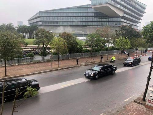 """Cận cảnh xe """"quái thú"""" Cadillac One của Tổng thống Mỹ lăn bánh trên đường phố Hà Nội - Ảnh 6"""