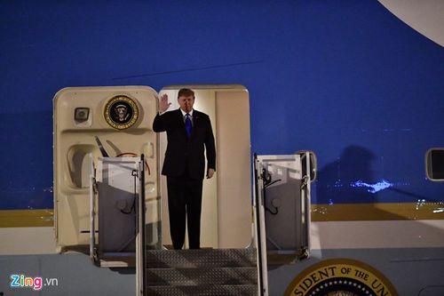 Những hình ảnh đầu tiên của Tổng thống Trump tại sân bay Nội Bài  - Ảnh 1