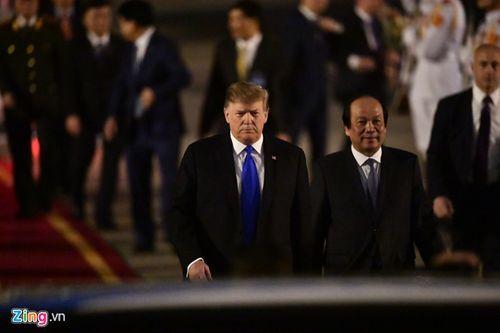 Những hình ảnh đầu tiên của Tổng thống Trump tại sân bay Nội Bài  - Ảnh 3